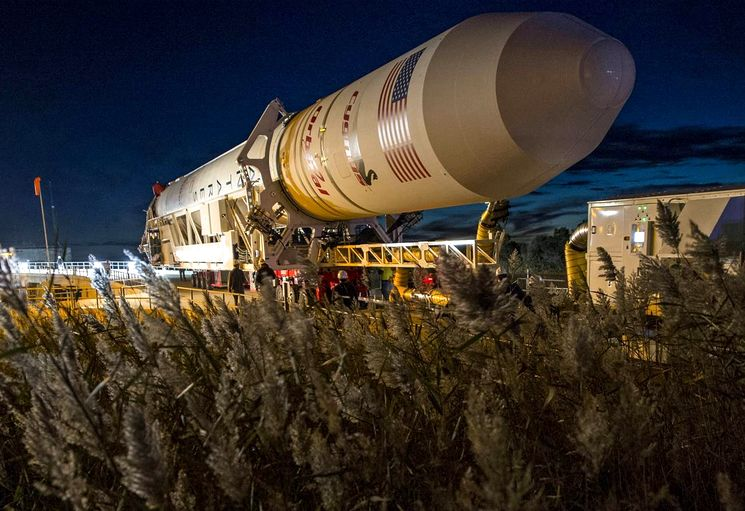Космическая ракета Antares на космодроме