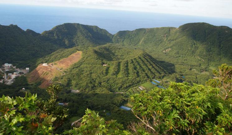 Два кратера на вулкане Аогашима