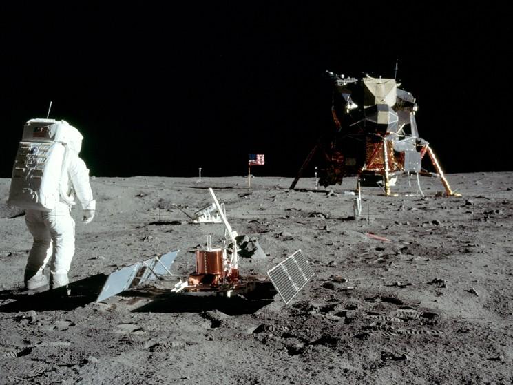 Американские космонавты на поверхности Луны