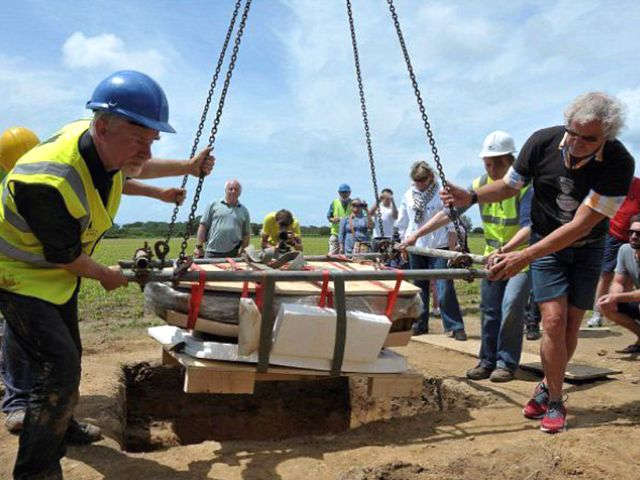 Ахеологи поднимают клад на поверхность