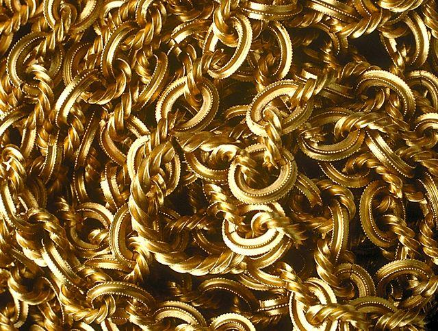 Поднятые со дна золотые украшения