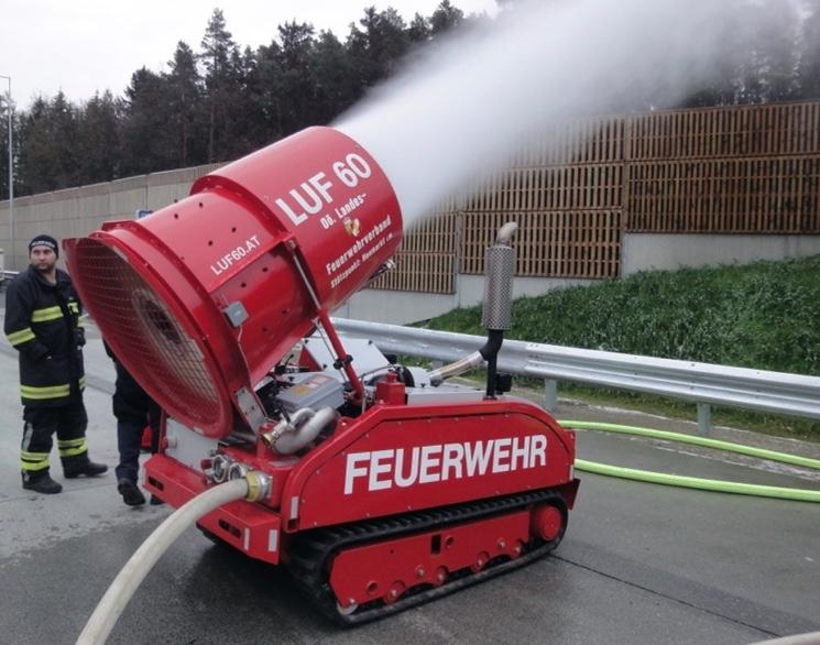 Беспилотный пожарный робот распыляет воду