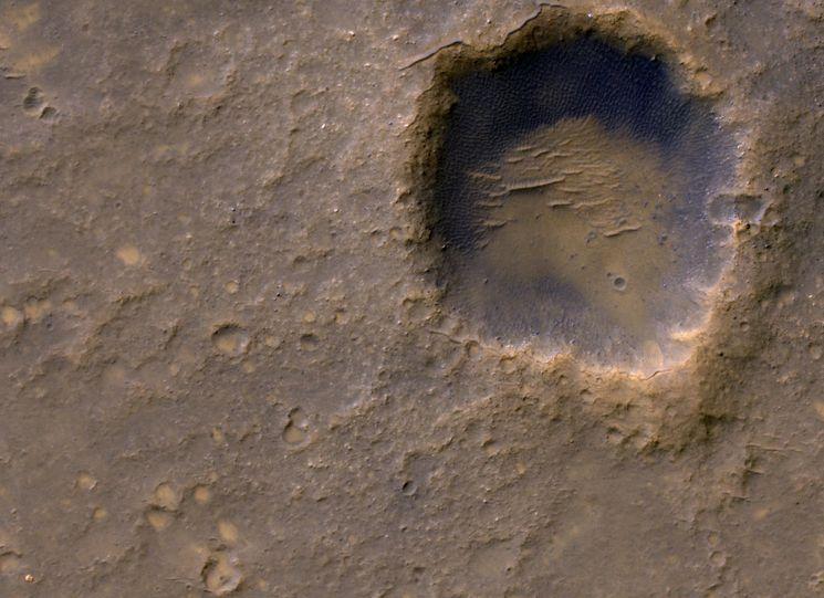 Кратер на поверхности Марса