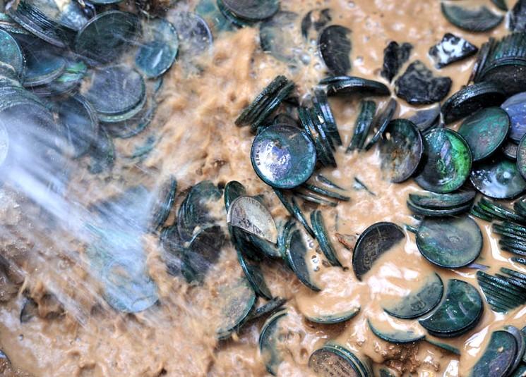 Клад серебряных монет размером в 100 тонн
