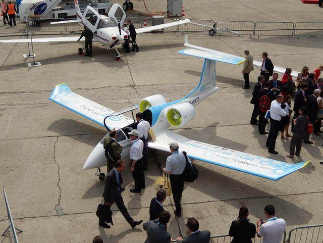 Самолёт E-Fan на авиасалоне