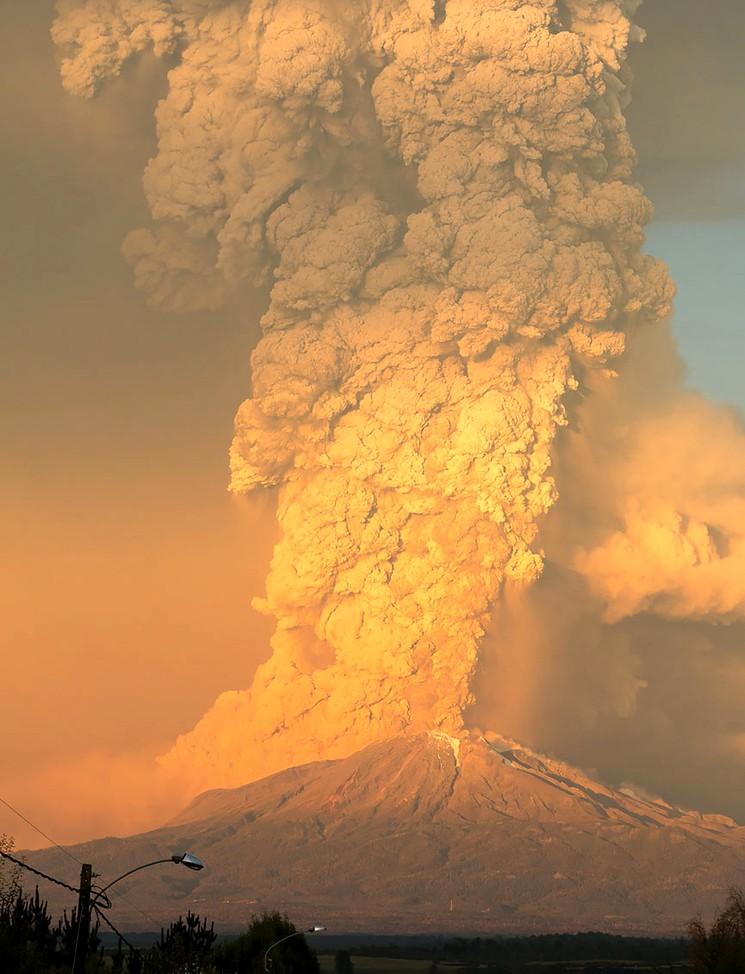 Фотография столба пепла и дыма при извержении вулкана