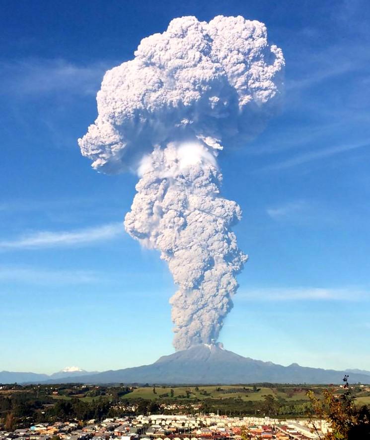 Огромный столб дыма и вулканического пепла