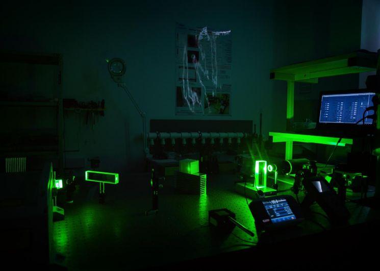Испытание лазерной установки для точного измерения расстояния