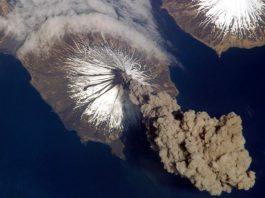 Извержение вулкана - выброс вулканического пепла и газов