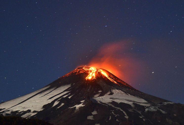 Ночная фотография извержения вулкана