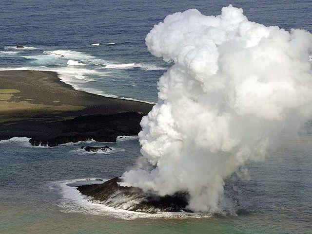 Извержение подводного вулкана в Тихом океане