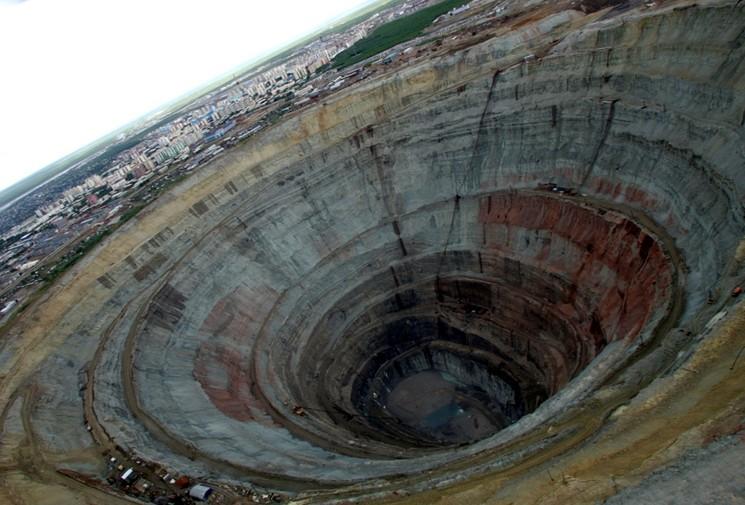 Огромный карьер по добыче алмазов в Якутии