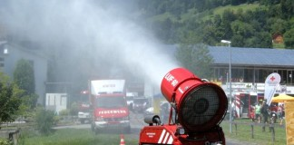 Пожарный робот демонстрирует работу