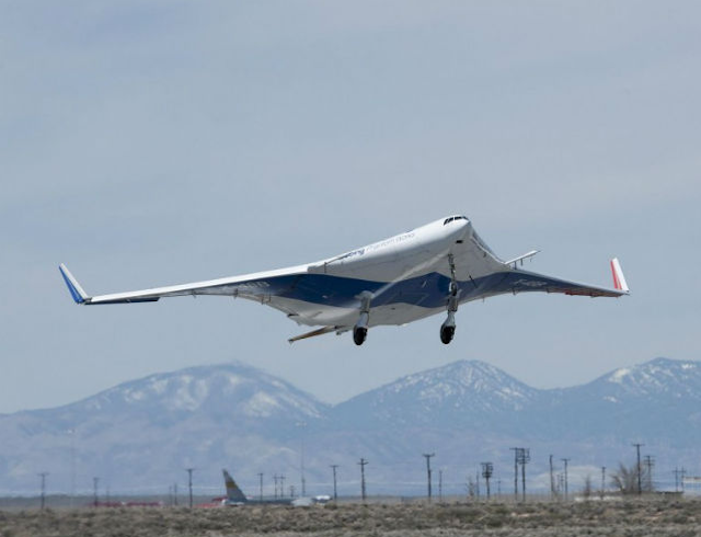 Самолет невидимка с плоской линзей