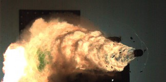 Выстрел из рельсотрона на военноморской базе США