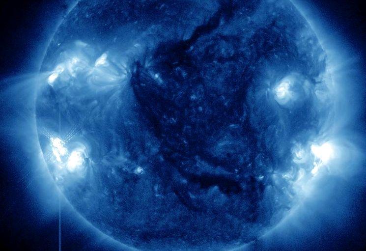 Вспышки на солнце через синий светофильтр