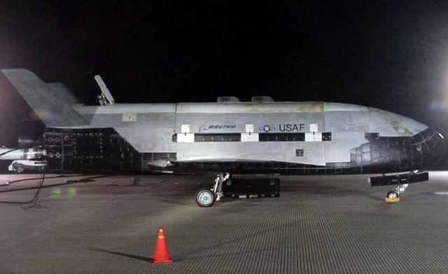 БЛА  Boeing X-37B на взлётно-посадочной полосе