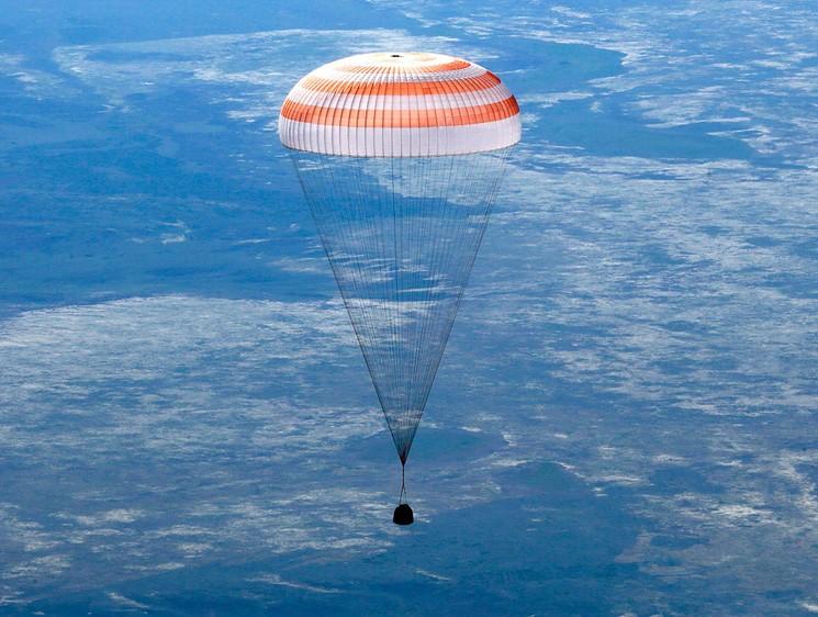 Спускаемый аппарат на парашюте