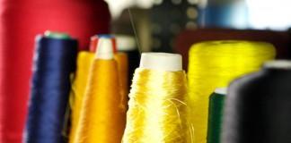 Бобины с синтетическими нитями на производстве