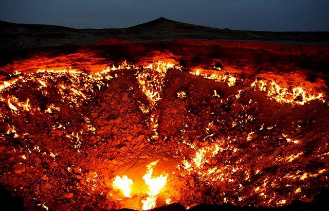 Горящий природный газ ночью напоминает вход в преисподнюю
