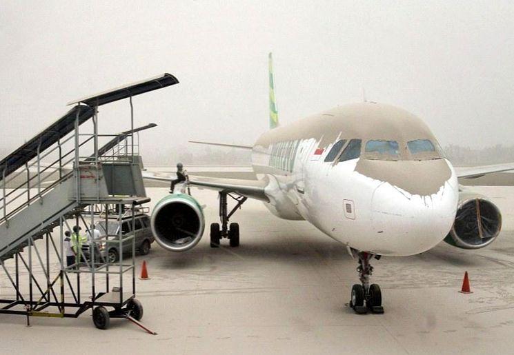 Вулканический пепел - угроза для двигателей самолетов