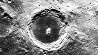 Скотт Уоринг удивил всех изображением пришельца в лунном кратере, фото