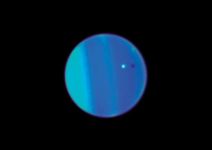 Ариэль на фоне облачного слоя Урана