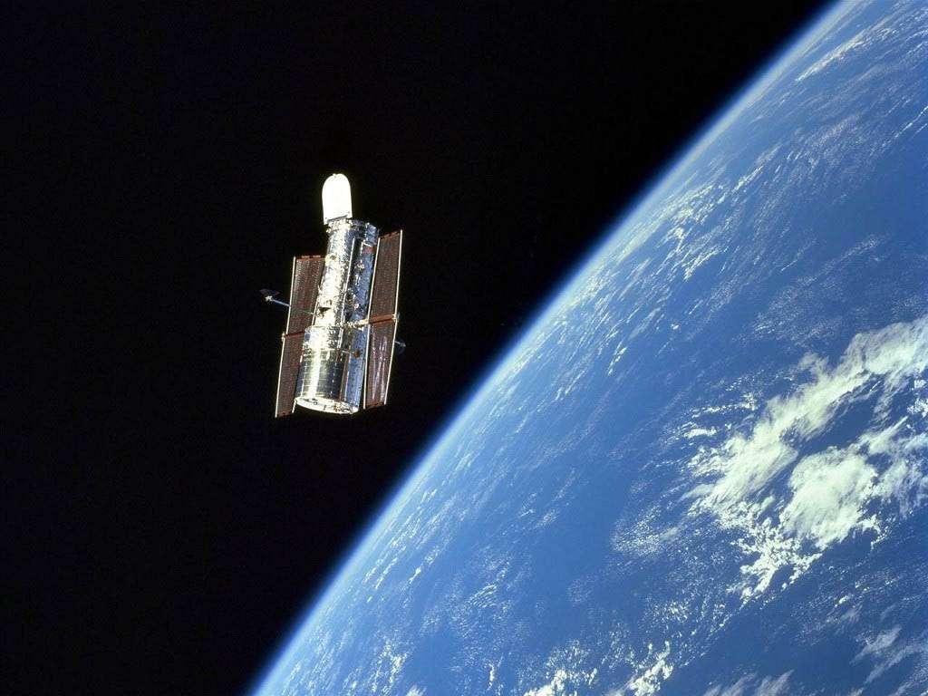 Хаббл на фоне Земли
