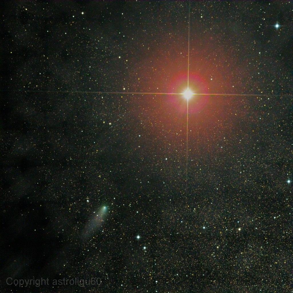 Фотография кометы Сайдинг-Спринг и Марса