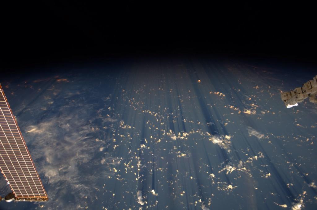 Облака бросают тени на сотни километров.