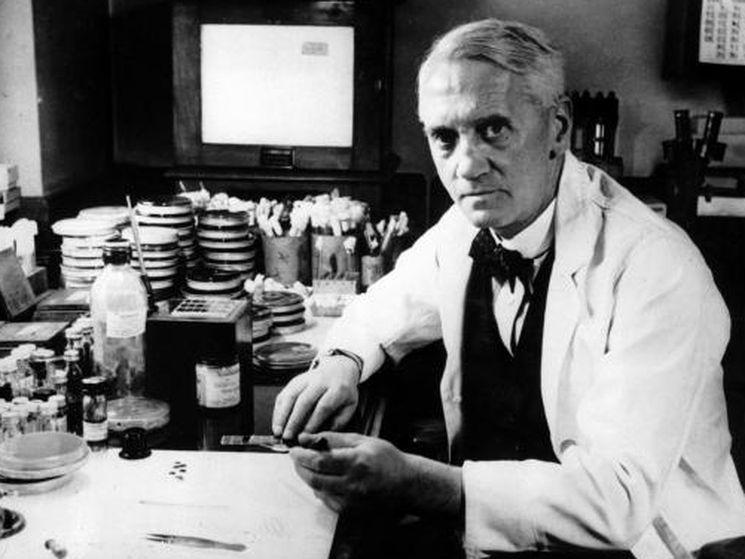 Александр Флеминг - бактериолог впервые выделил пенициллин