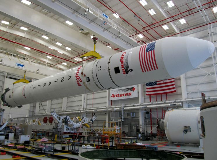 Космическая ракета Antares в сборочном цеху