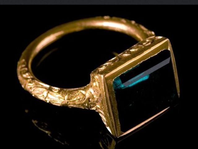 Кольцо с изумрудом найденное относительно недавно