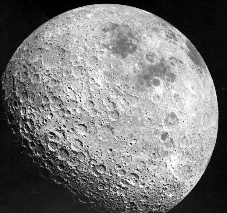 Обилие кратеров на темной стороне спутника Земли