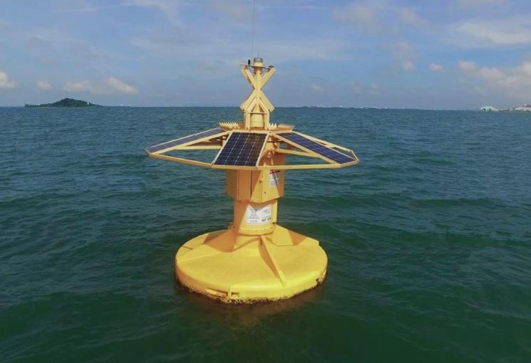 baken-v-okeane-s-solnechnymi-panelyami.jpg