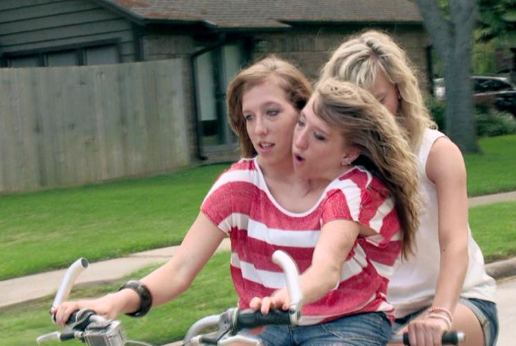 Близнецы эбби и бриттани на велосипеде
