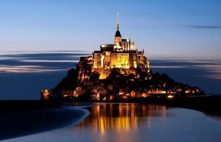 Город на горе Мон-Сен-Мишель, Франция