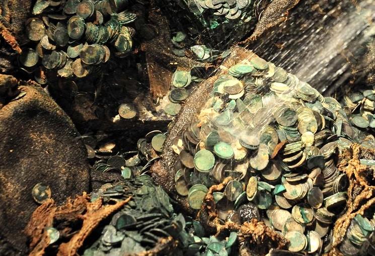 Серебрянные монеты промывают после поднятия с глубины 5 километров