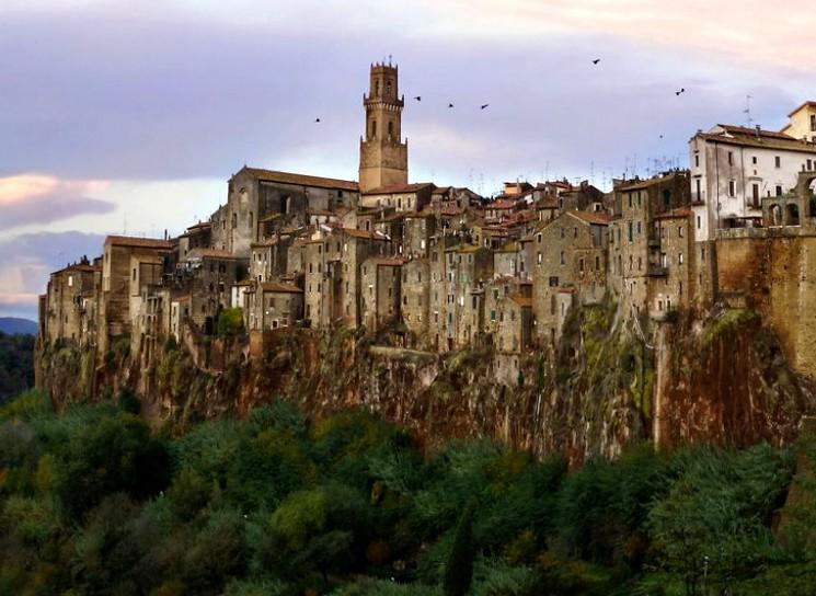 Город на скалах Питильяно, Италия