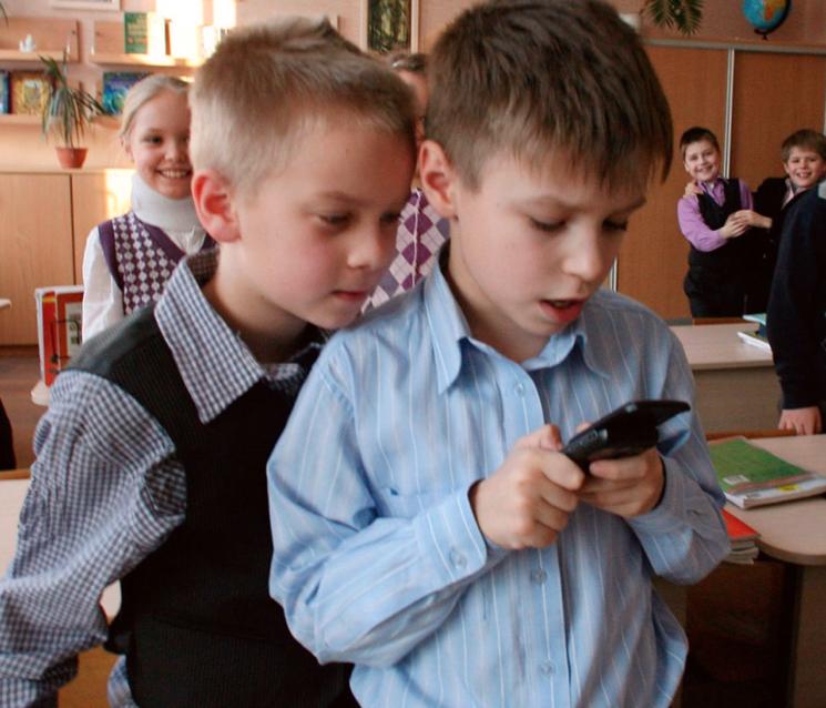 Давать ли ребенку в первый класс смартфон