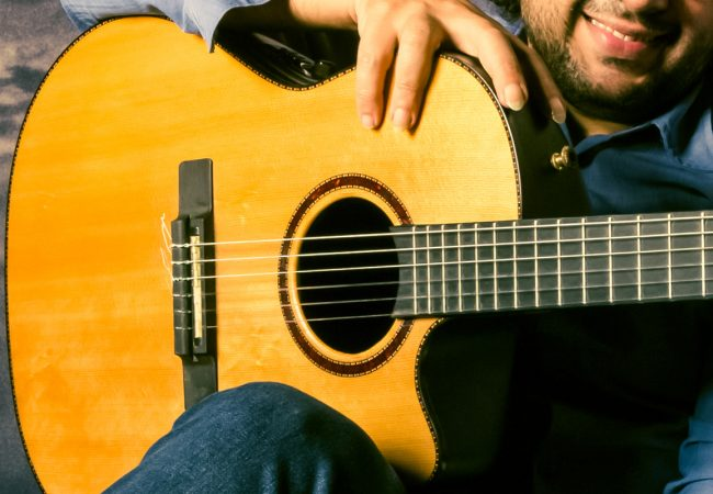 Как правильно играть на гитаре? Песни под гитару: аккорды популярных композиций