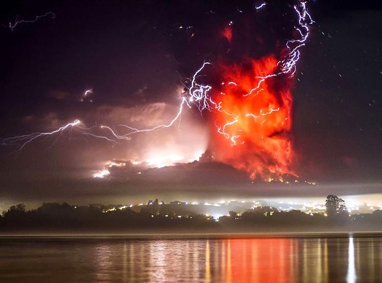 Молнии во время извержения вулкана Кабулько в Чили 2015