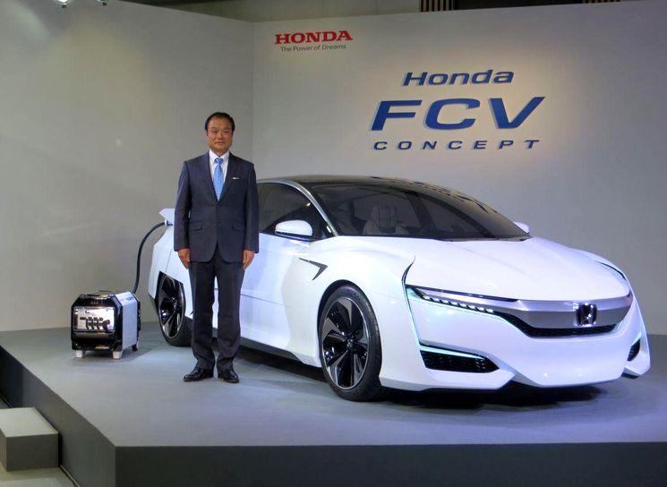 Honda FCV на водородных топливных элементах с зарядной станцией