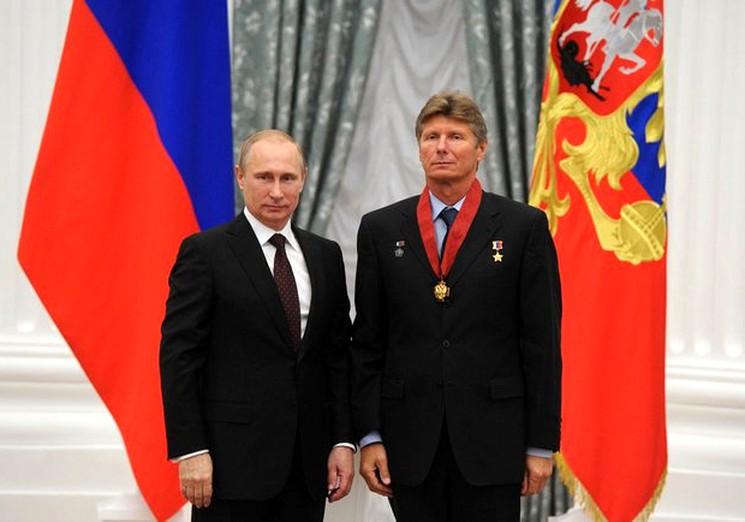 Президент России награждает Геннадия Падалку