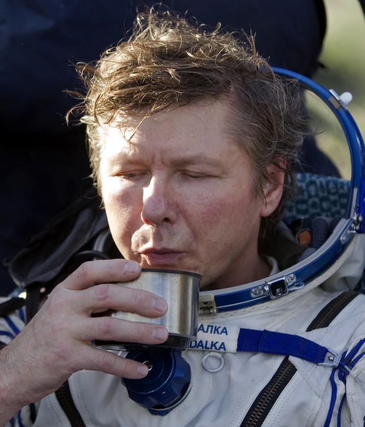 Космонавт Геннадий Падалка сразу после приземления