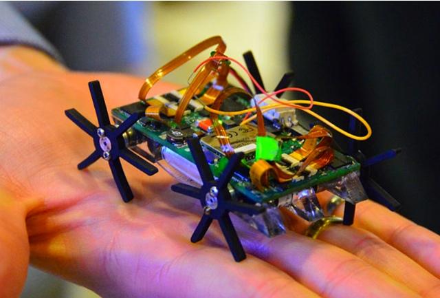 Миниатюрный четырех-колесный робот