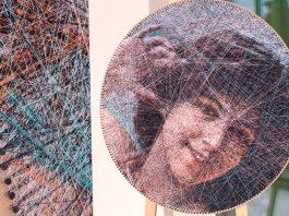 Машинное плетение из нитей на мольберте с помощью компьютерного алгоритма