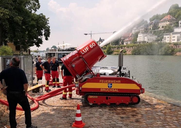 Пожарный робот LUF 60 в действии