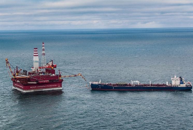 Процесс закачки нефти в танке с платформы