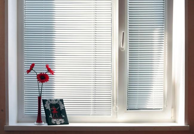 Обустройство комнаты начинается с окна. Горизонтальные жалюзи на окна